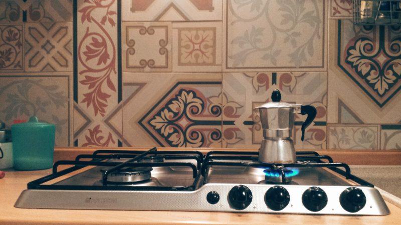 rivestire cucina con piastrelle cementine