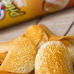 Singles che mangiano le Pringles