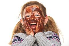 bambina che mangia la cioccolata