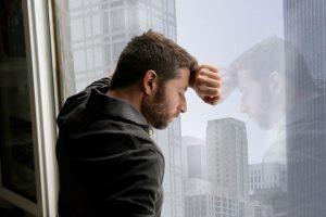 uomo single triste