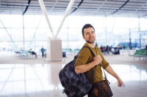 uomo in aeroporto