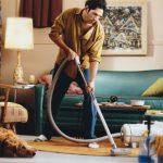 uomo single che pulisce casa